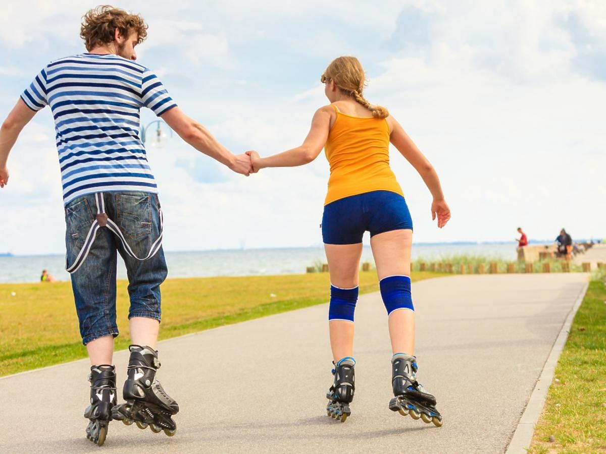 kobieta z mężczyzną jeżdżą na rolkach