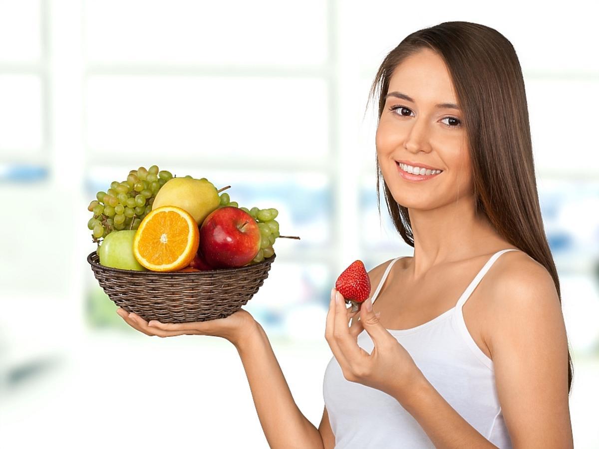 kobieta z miską owoców