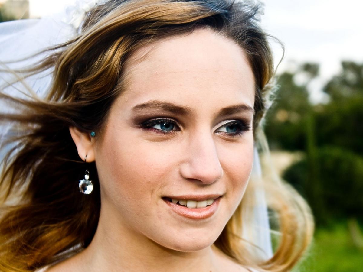 kobieta z niebieskimi oczami