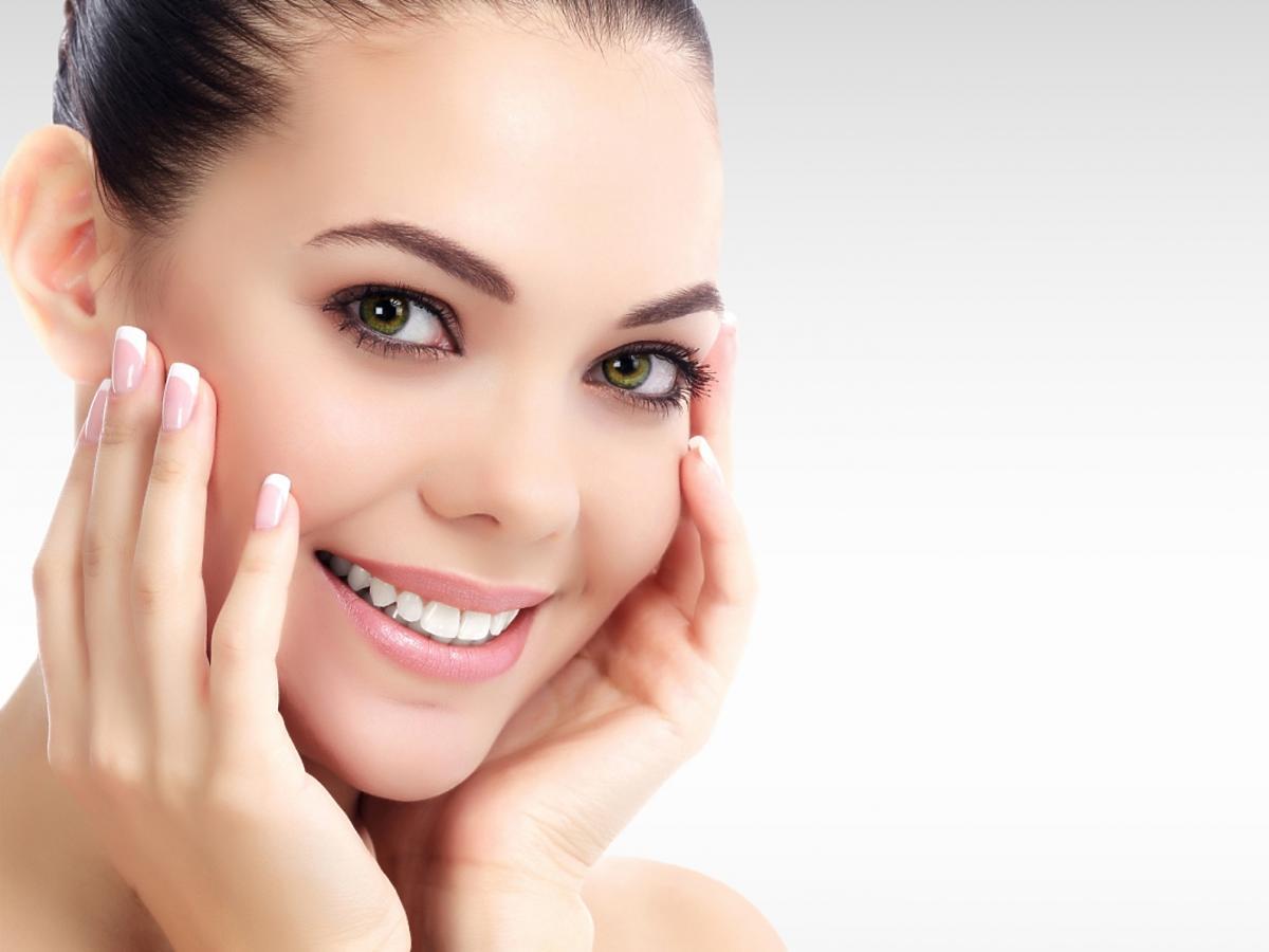 kobieta z oczyszczoną twarzą