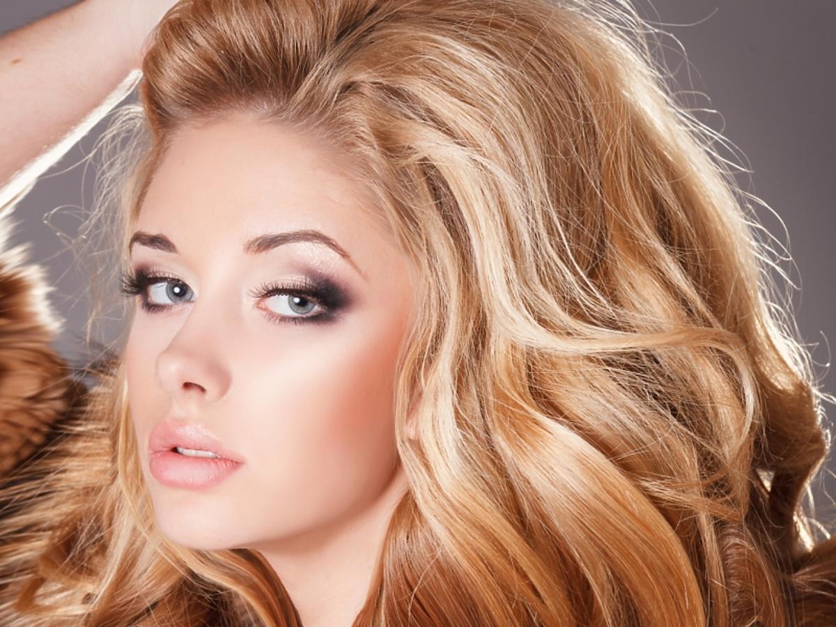 Kobieta z pięknymi, gęstymi włosami po zabiegu botoks na włosy