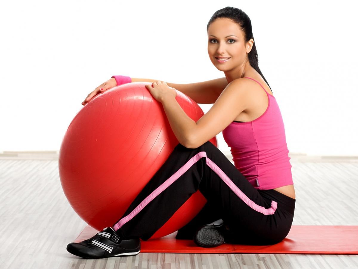 kobieta z piłką do ćwiczeń