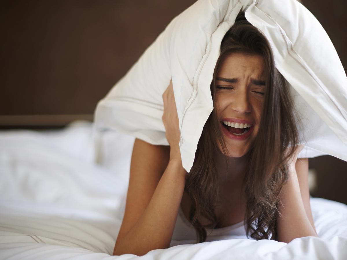 Kobieta z poduszką na głowie