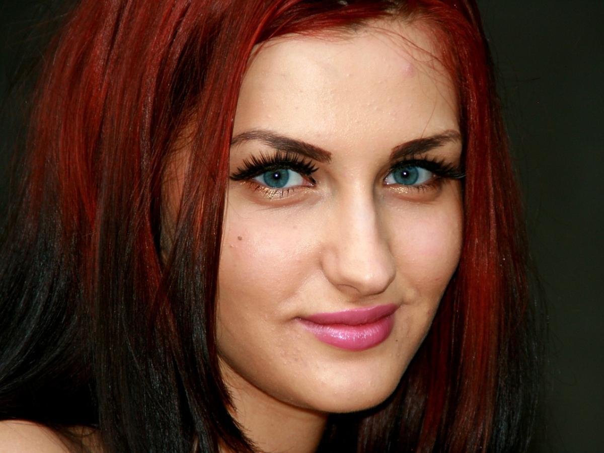 Kobieta z pofarbowanymi włosami