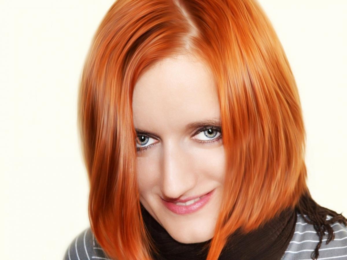Kobieta z pomalowanymi na rudo włosami