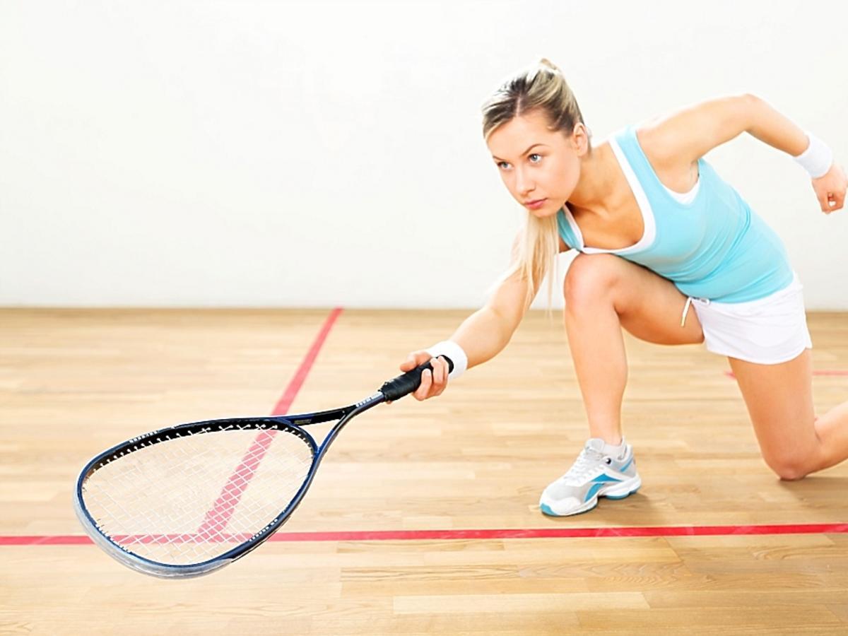Kobieta z rakietą, która gra w tenisa