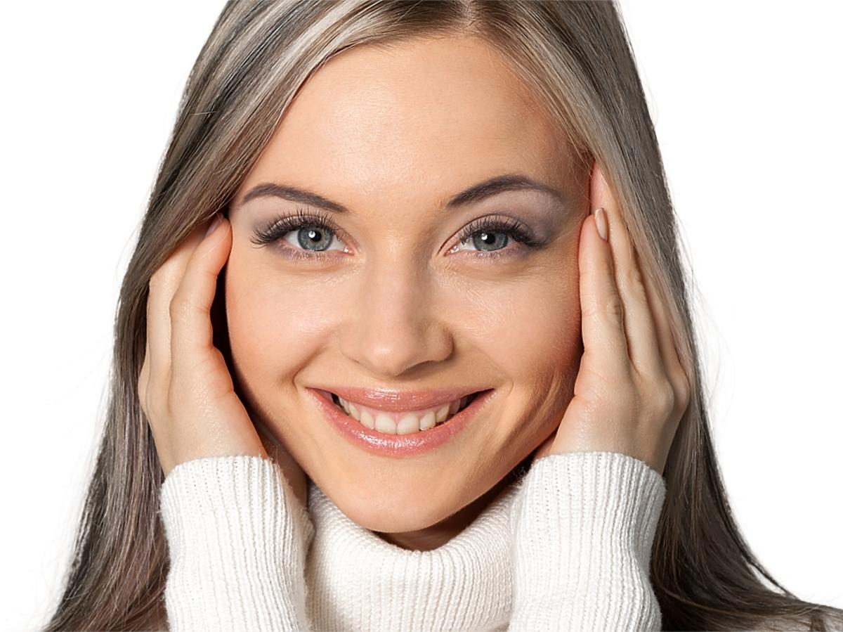 kobieta z rękami na twarzy