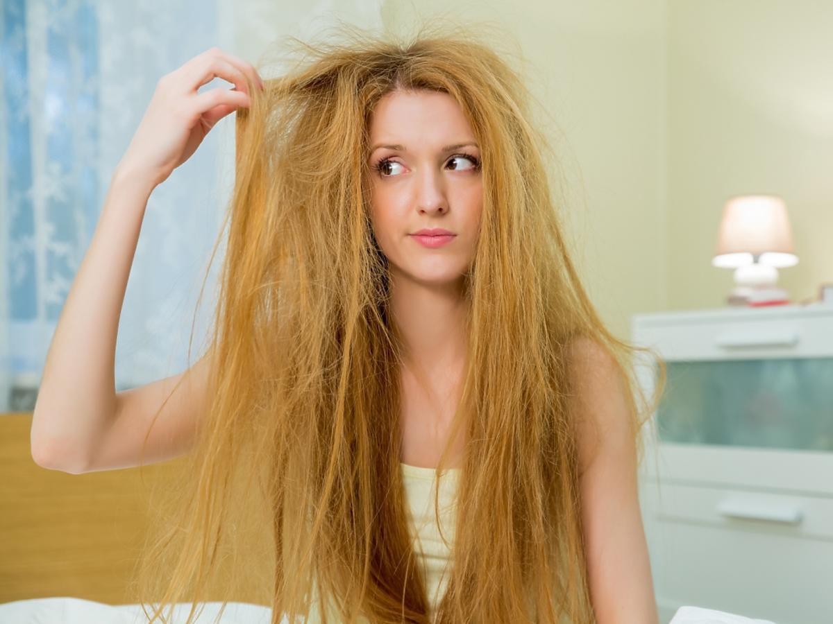 Kobieta z rozczochranymi włosami