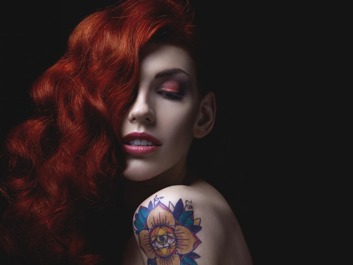 Kobieta z tatuażem na ramieniu