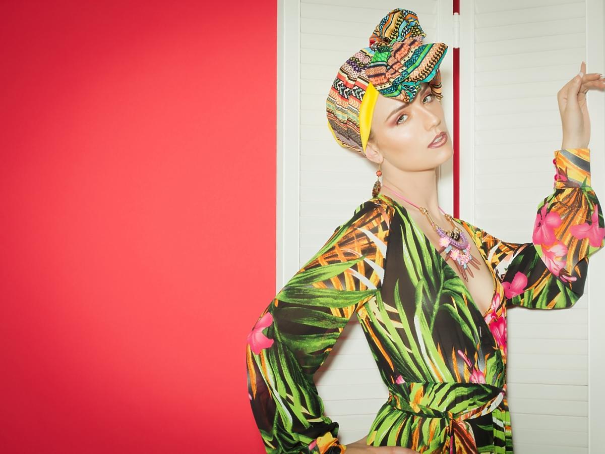 Kobieta z turbanem na głowie