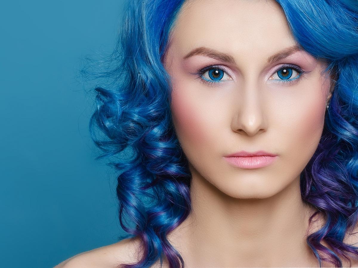 kobieta z turkusowymi włosami