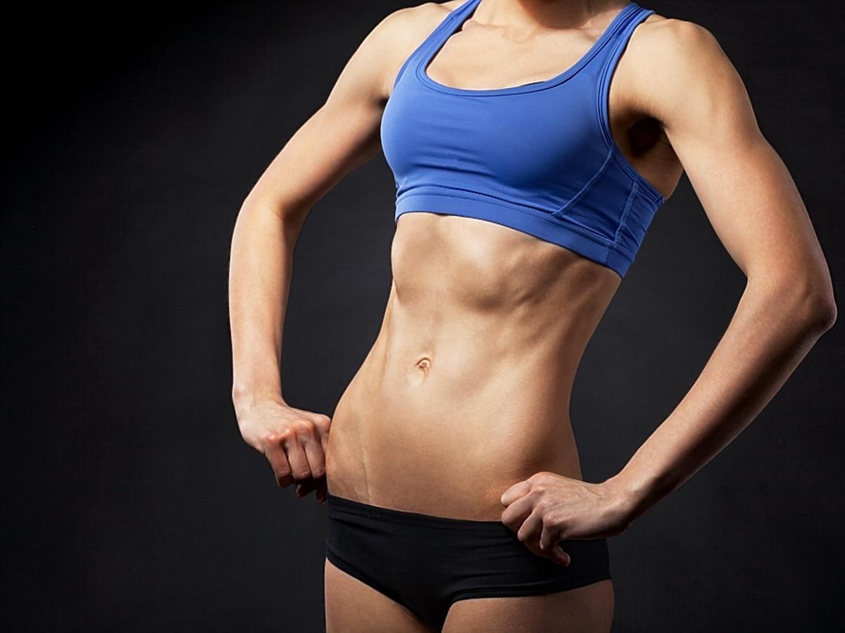 kobieta z umięśnionym brzuchem