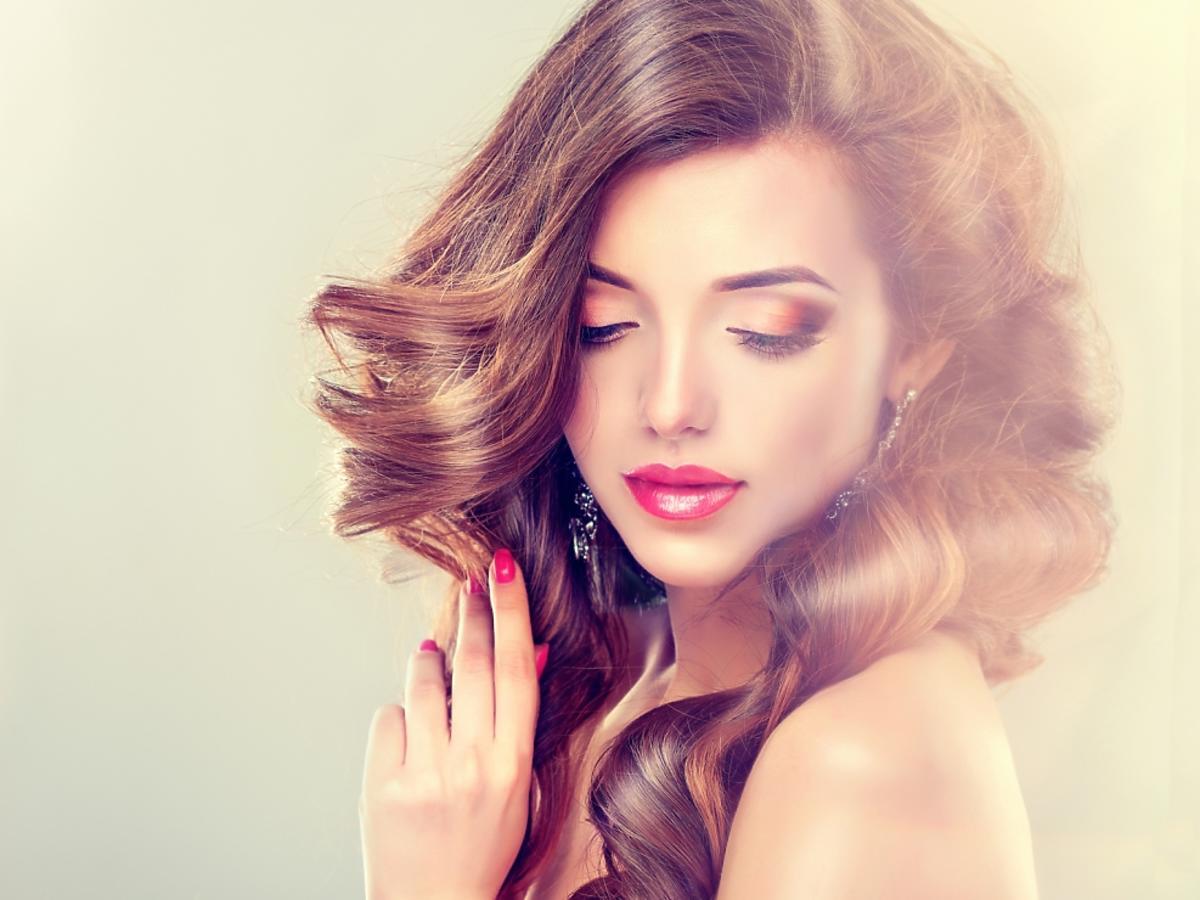 kobieta z uniesionymi włosami