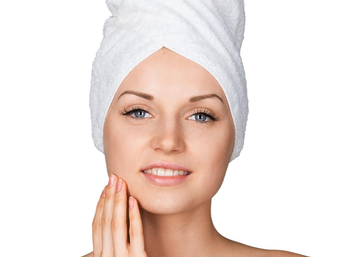 kobieta z włosami w ręczniku