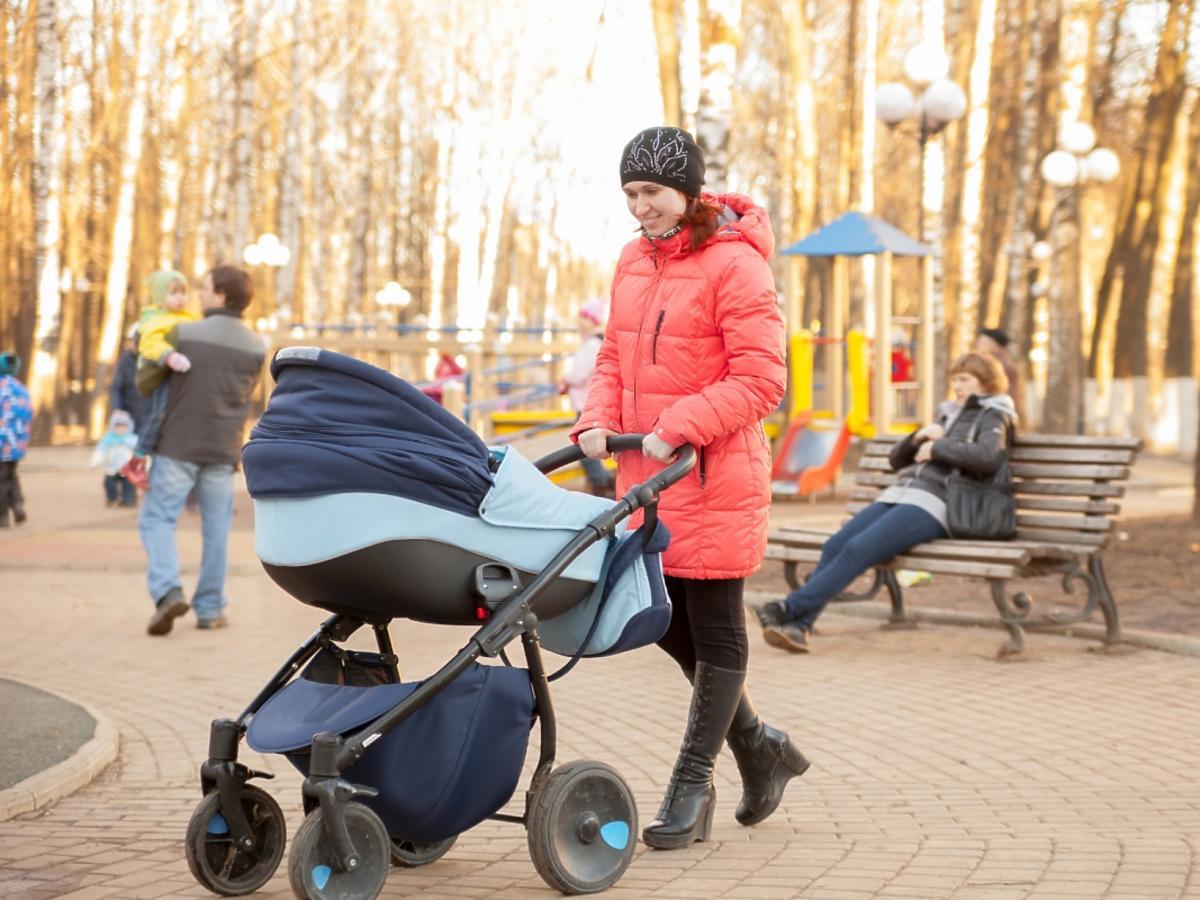 kobieta z wózkiem dziecięcym na spacerze