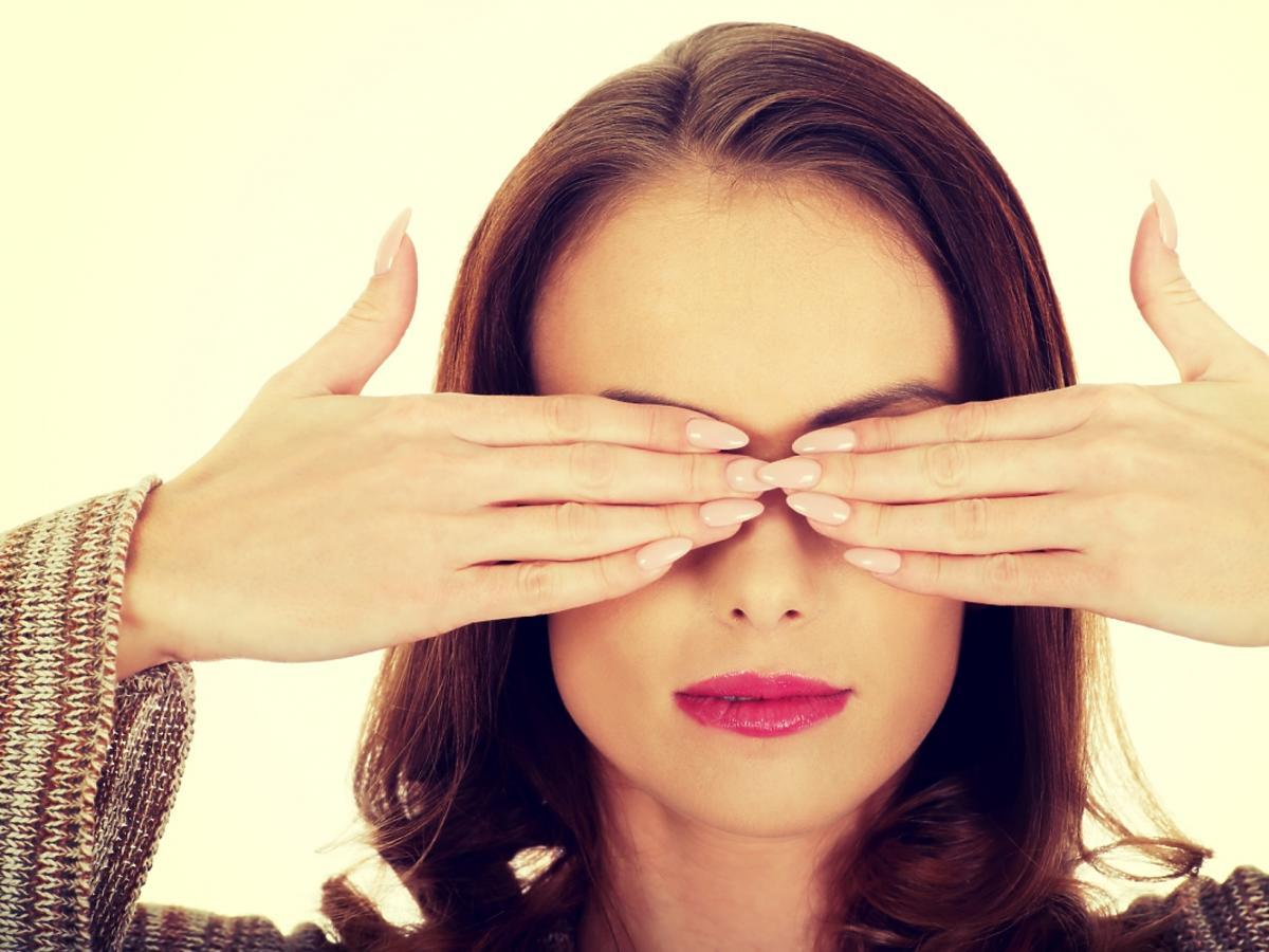 Kobieta zakrywaja oczy