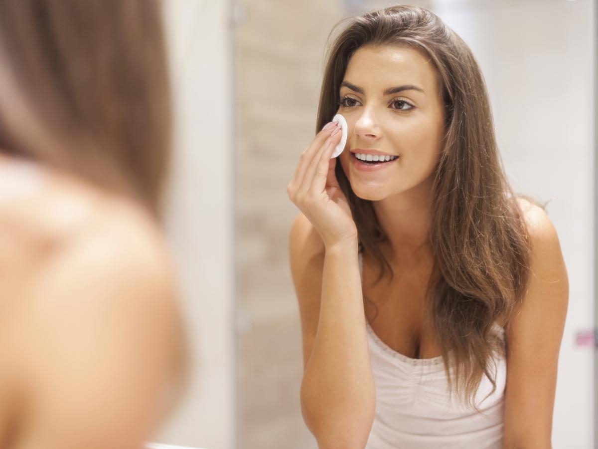 Kobieta zmywa makijaż