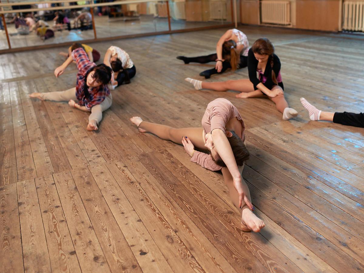 Kobiety ćwiczą szpagat