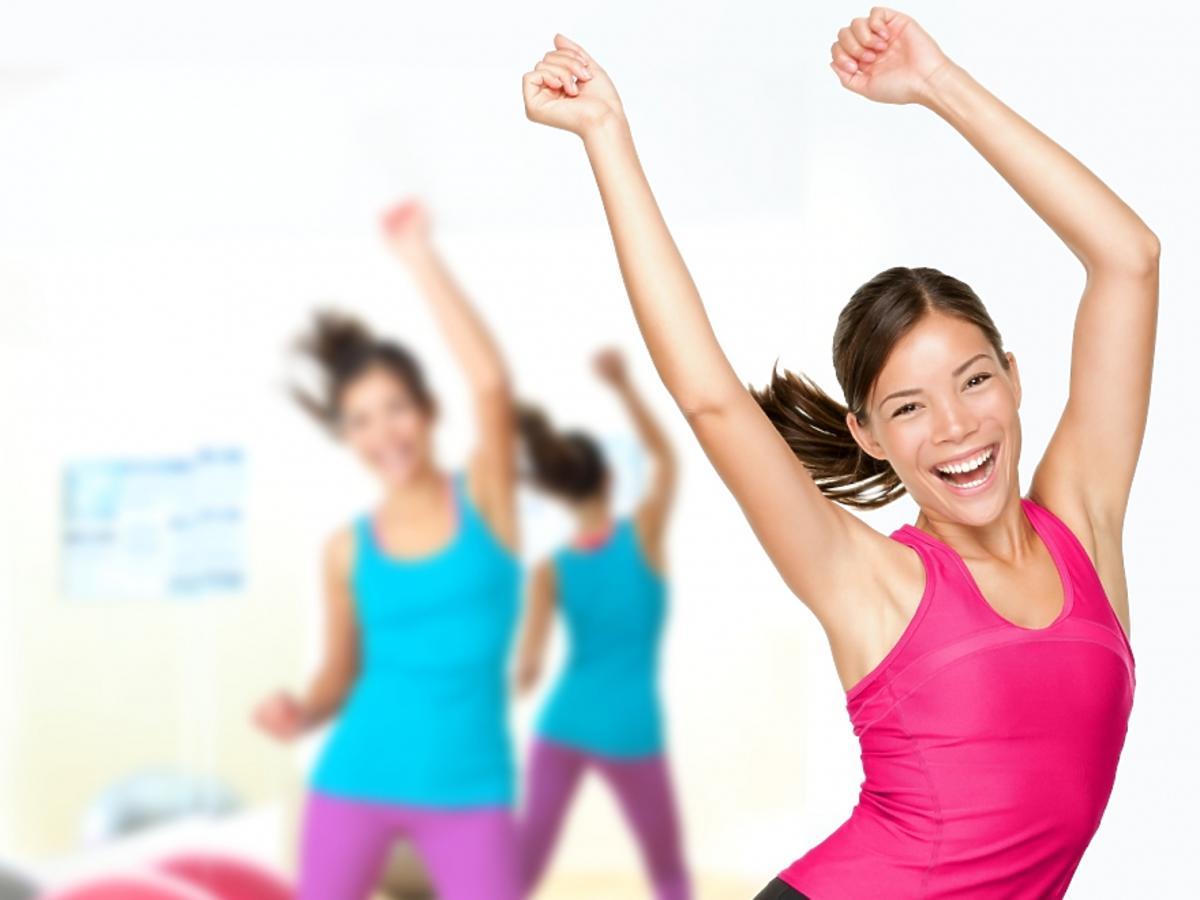 Kobiety ćwiczą zumbę