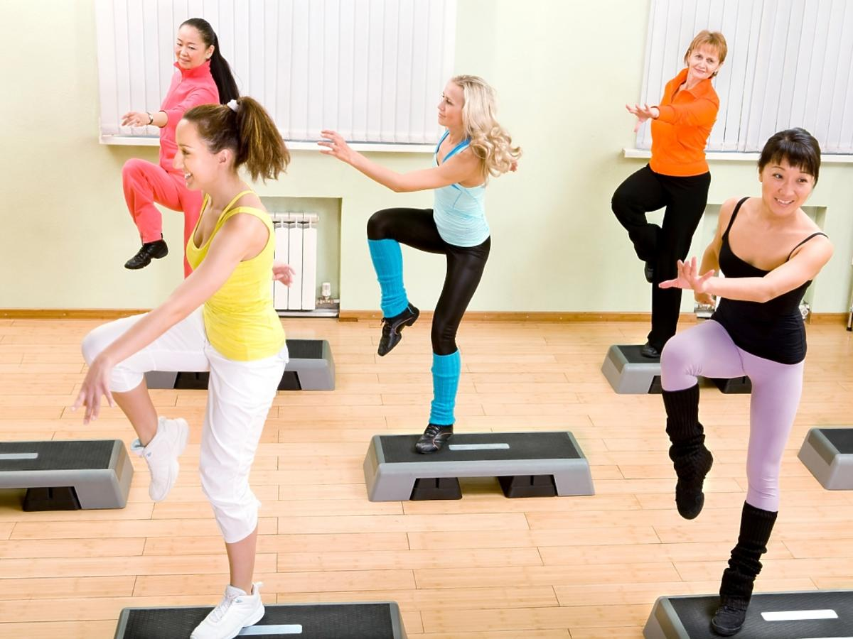 kobiety podczas aerobiku przy stepie