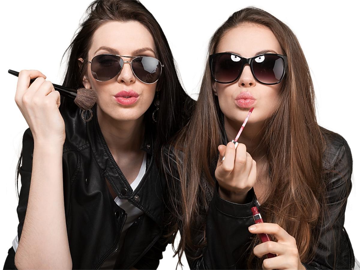 Kobiety pomalowane w okularach