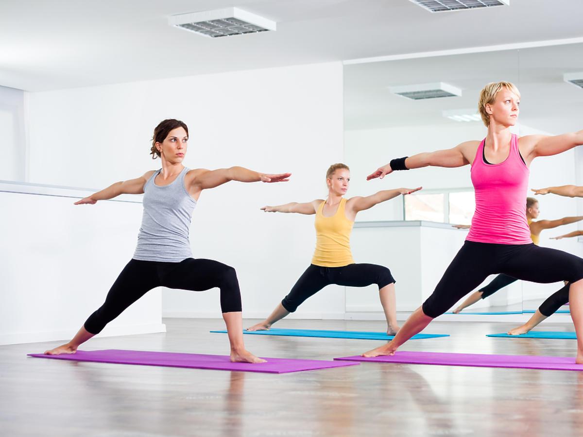 Kobiety trenują jogę