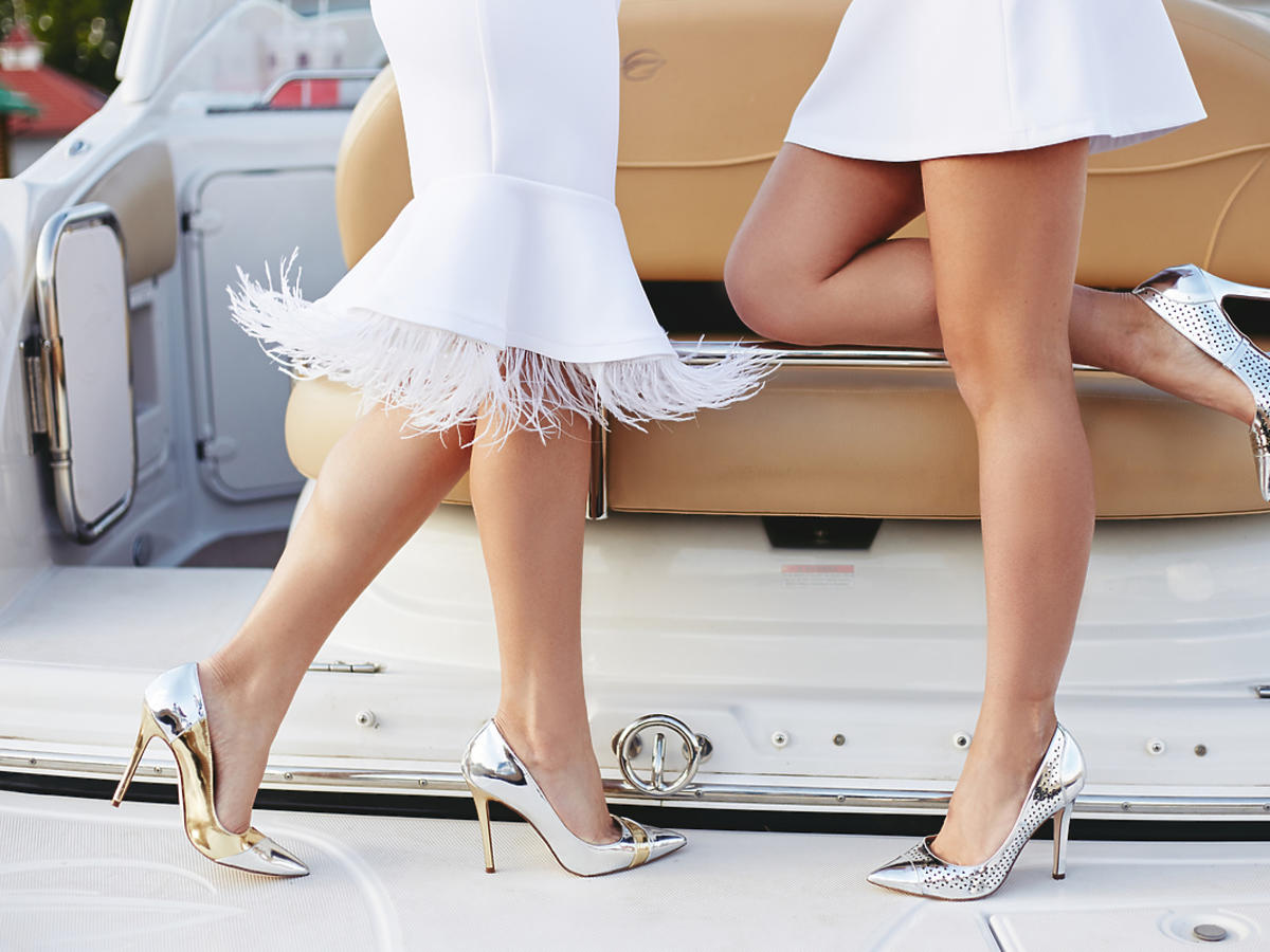 Kobiety ubrane w błyszczące szpilki.