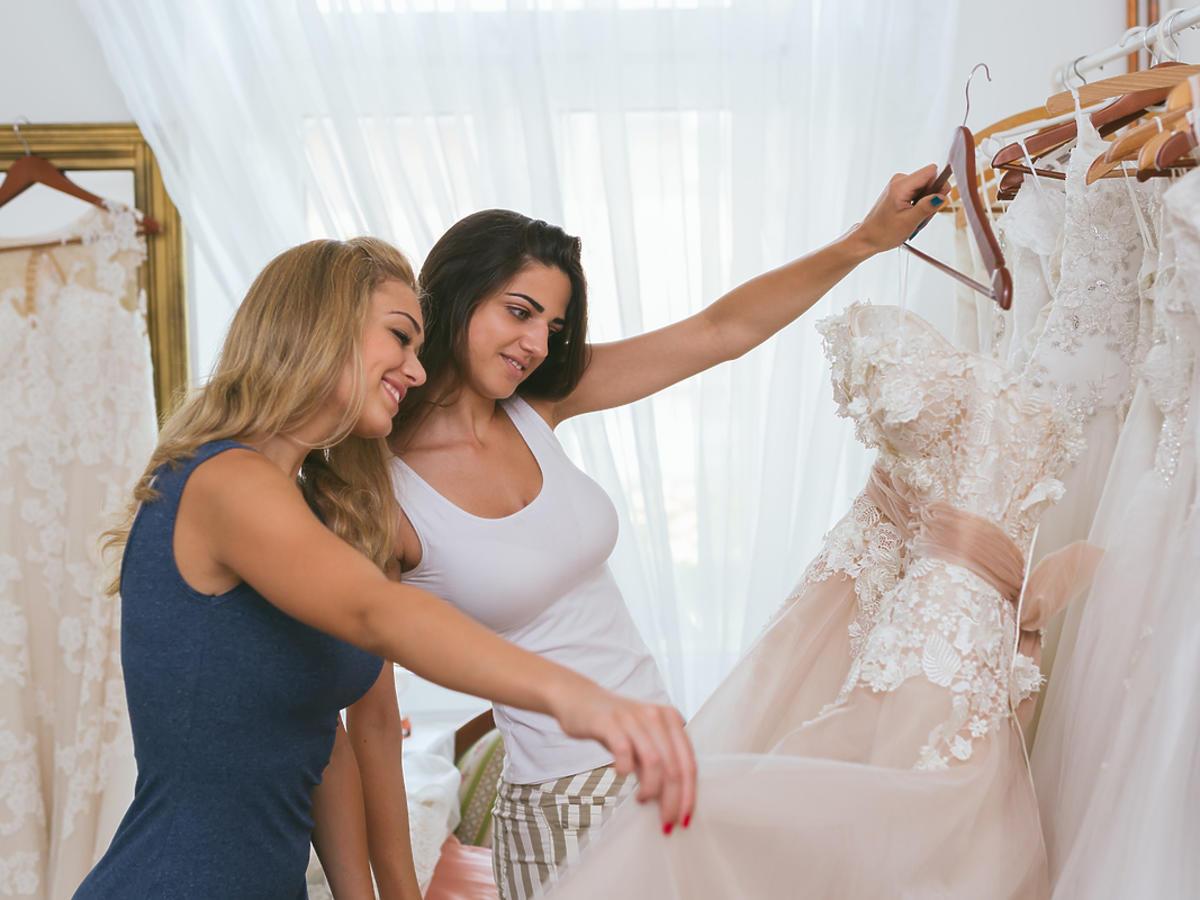 kobiety wybierające suknię ślubną