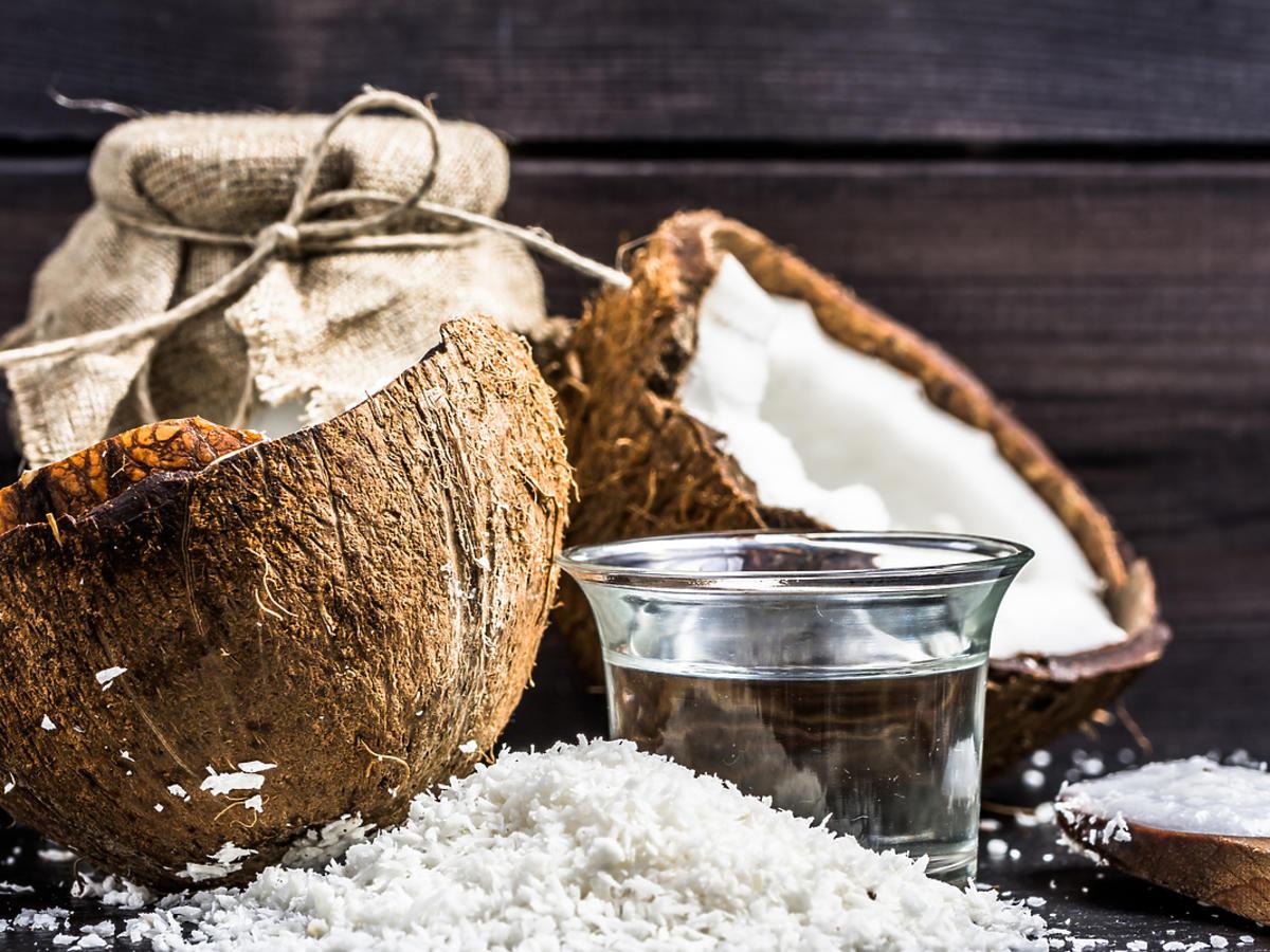 Kokosy i szklanka wody kokosowej.
