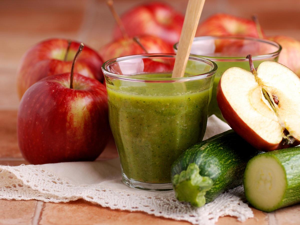 koktajl z cukinii z jabłkami w tle