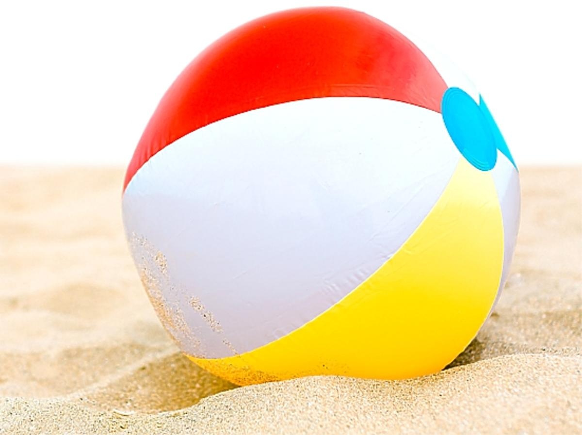 Kolorowa piłka leży na plaży
