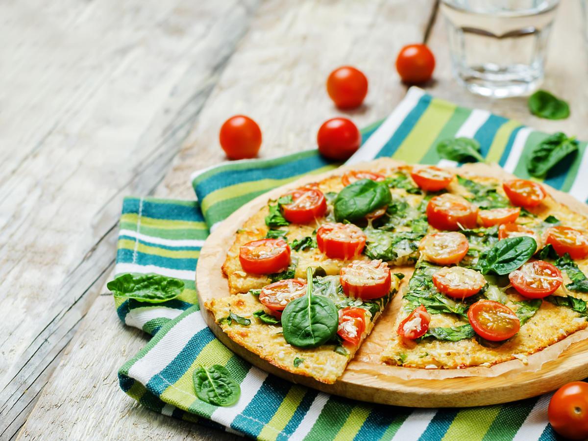 Kolorowa pizza z wegańskimi składnikami.