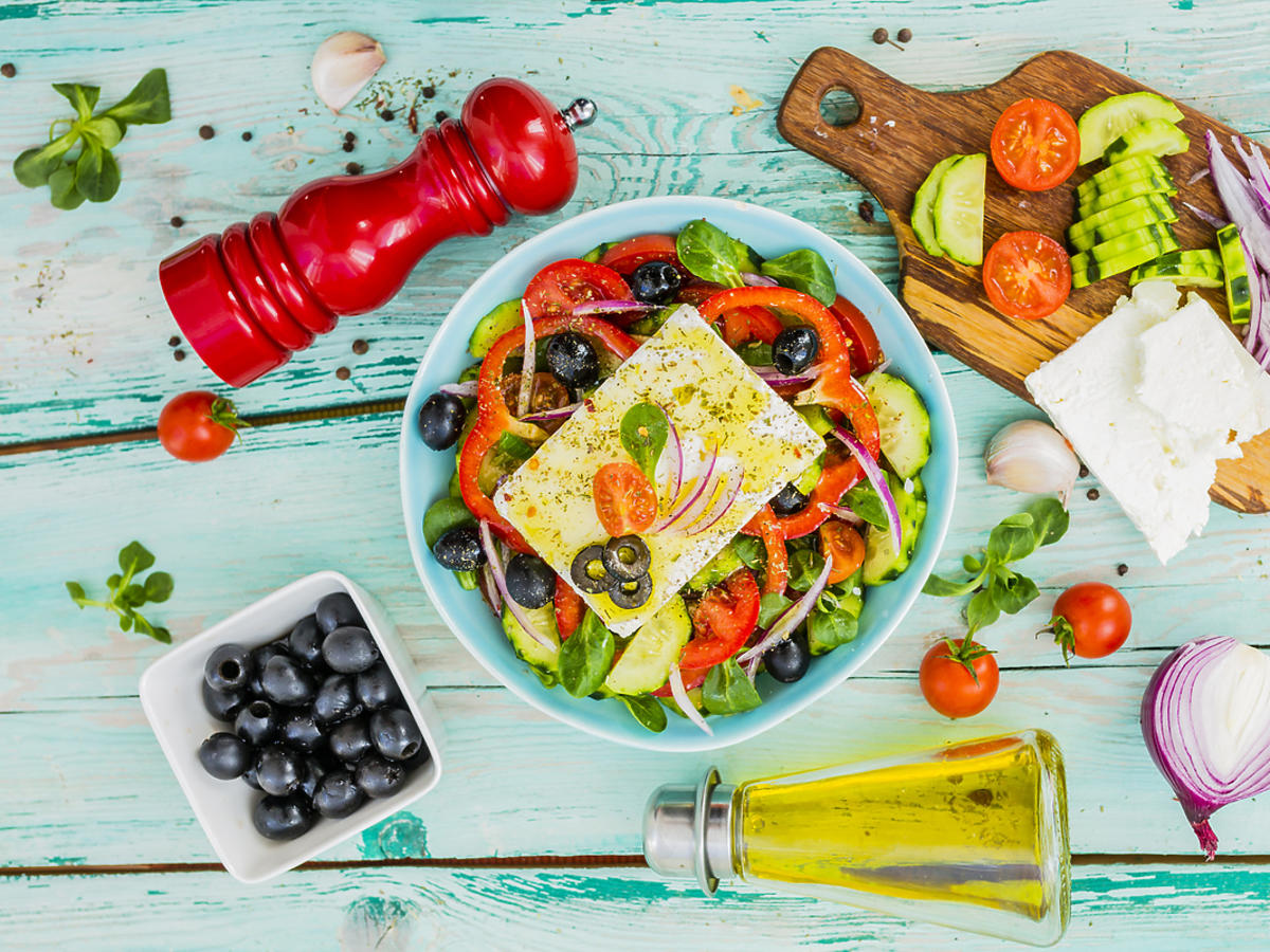Kolorowa sałatka z oliwkami i kurczakiem.