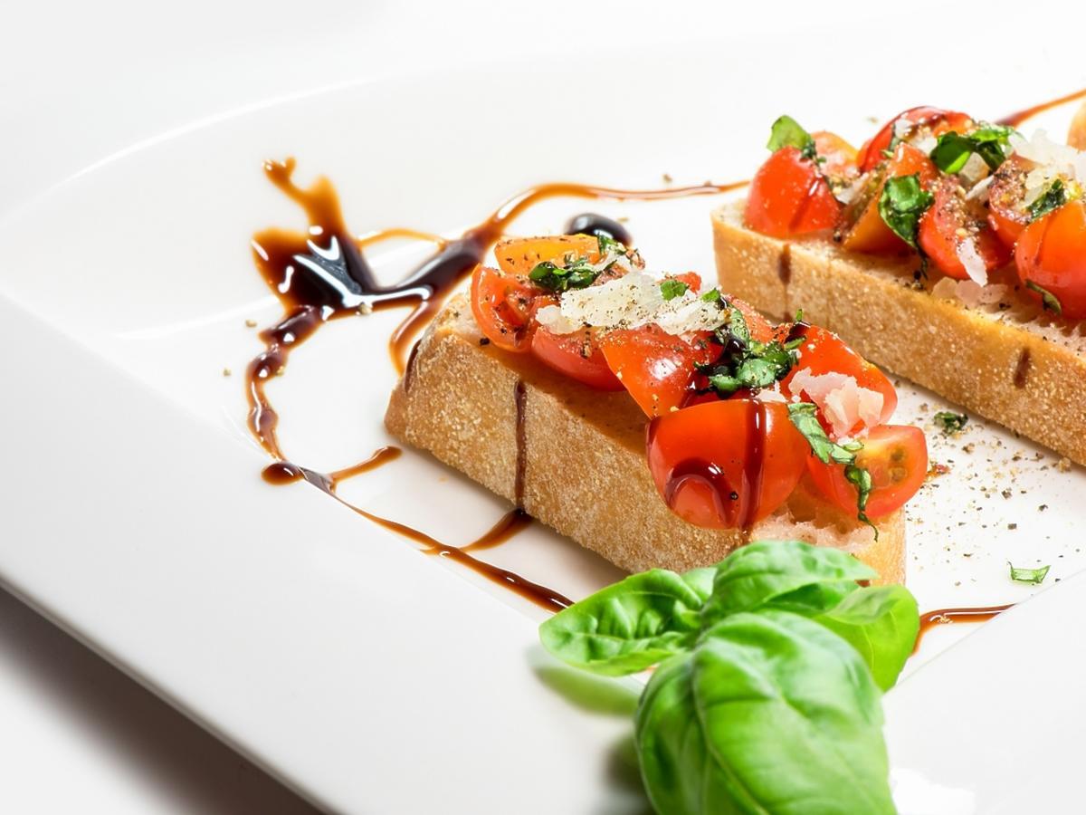Kolorowe mini kanapki podane jako przystawka na przyjęciu.