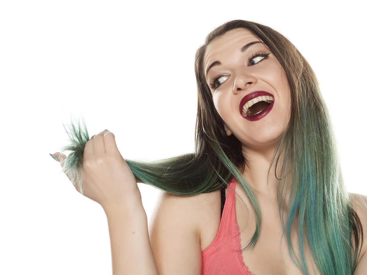 kolorowe pasemka we włosach