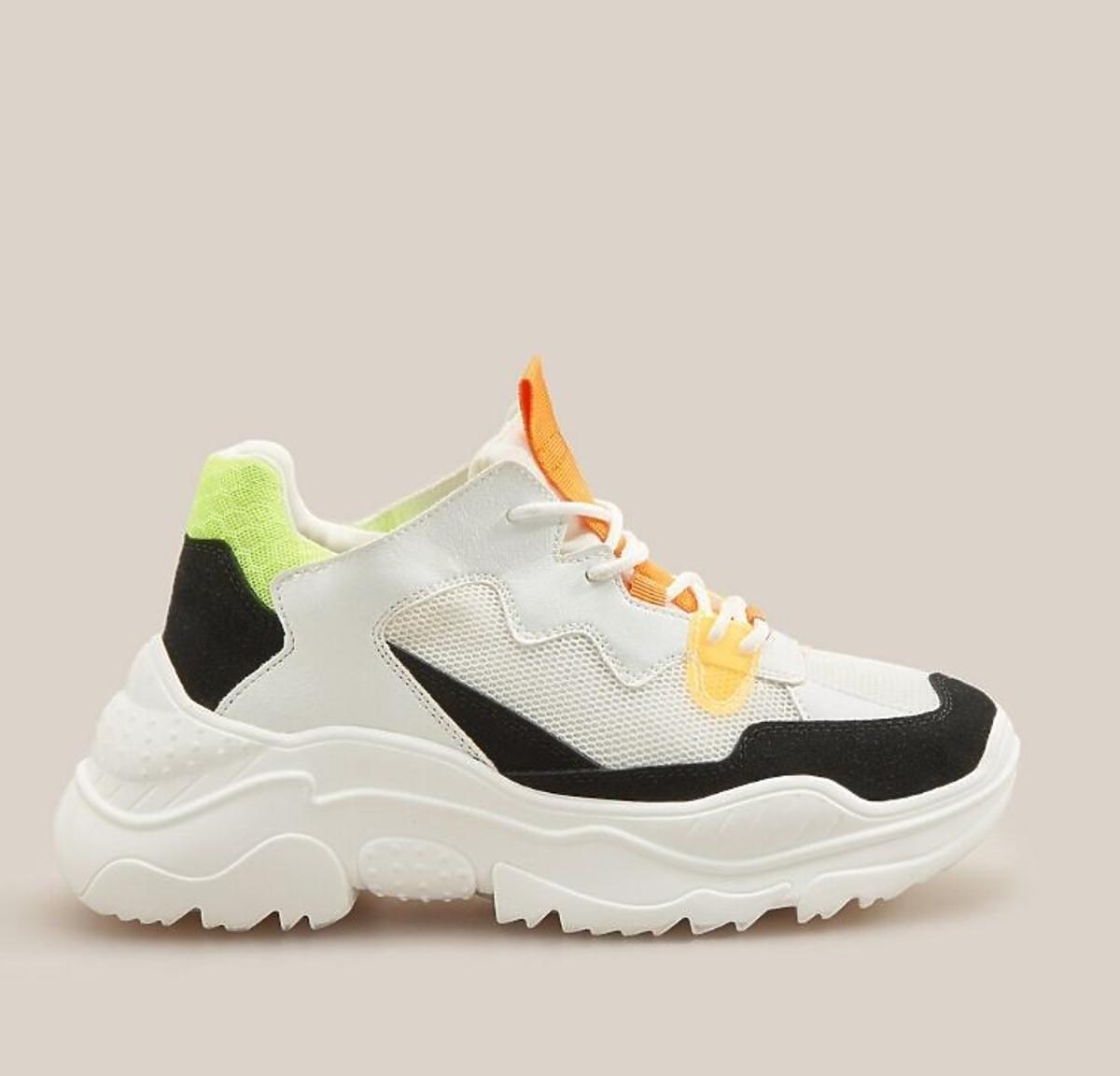Kolorowe sneakersy z wyprzedaży W Reserved
