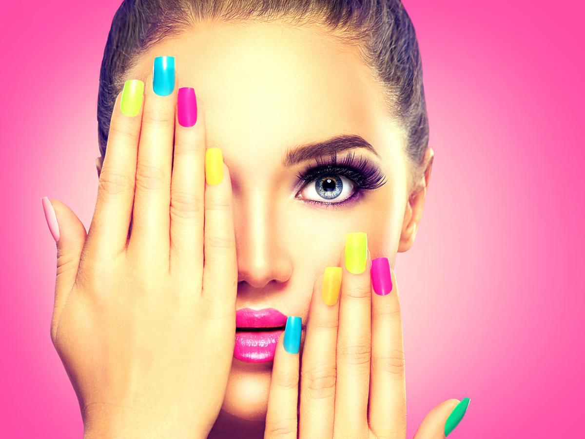 kolorowy makijaż twarzy