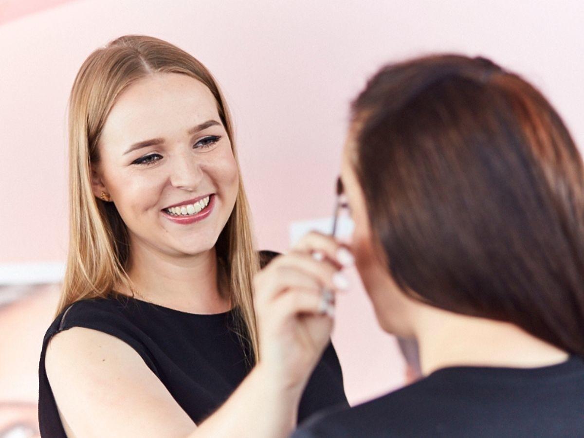 Koloryzacja brwi w domu. Poznaj wskazówki odHanny Jakubowskiej -National Brow ArtistBenefit Cosmetics
