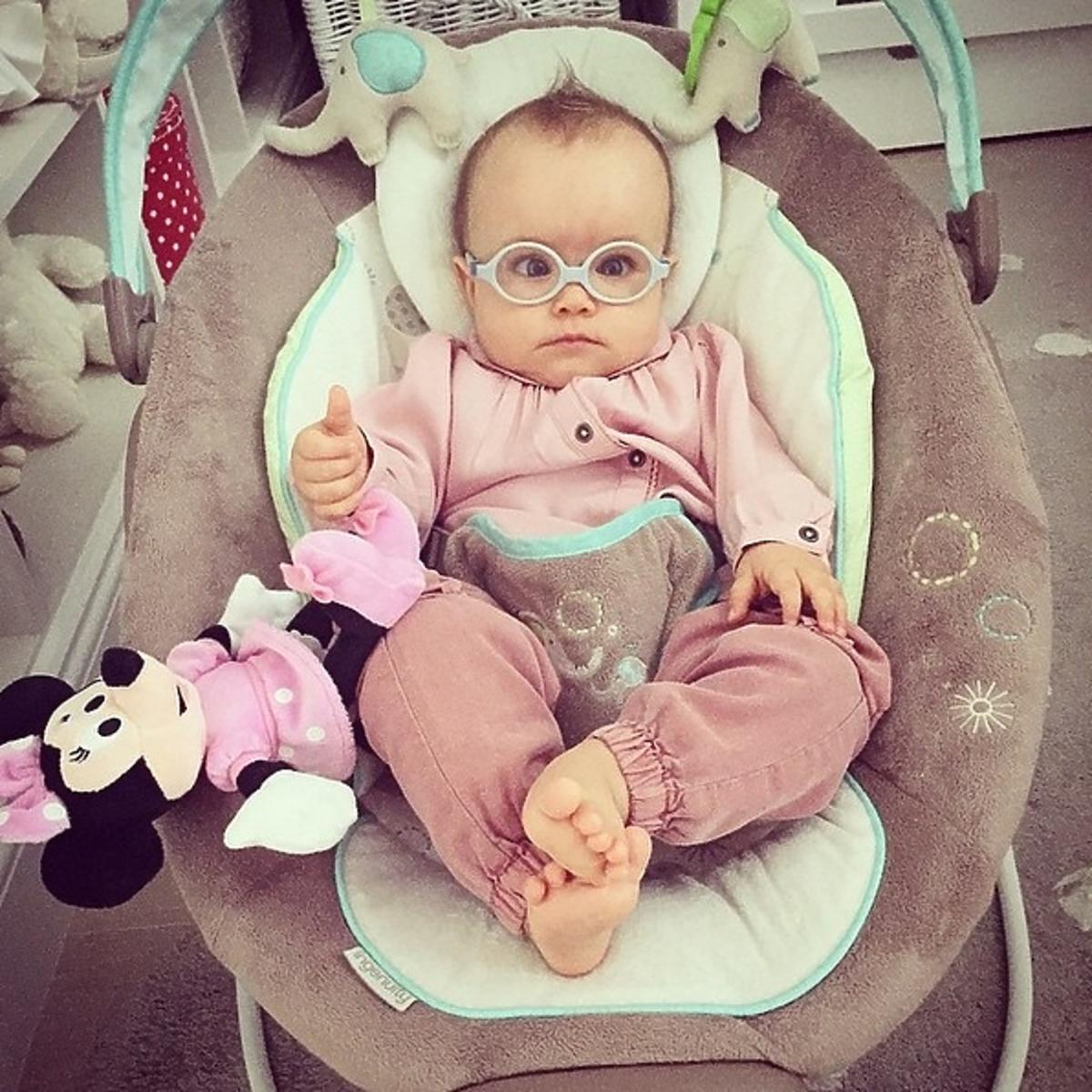Kornelia córka Anny Wendzikowskiej w bujaku i w okularach na nosie
