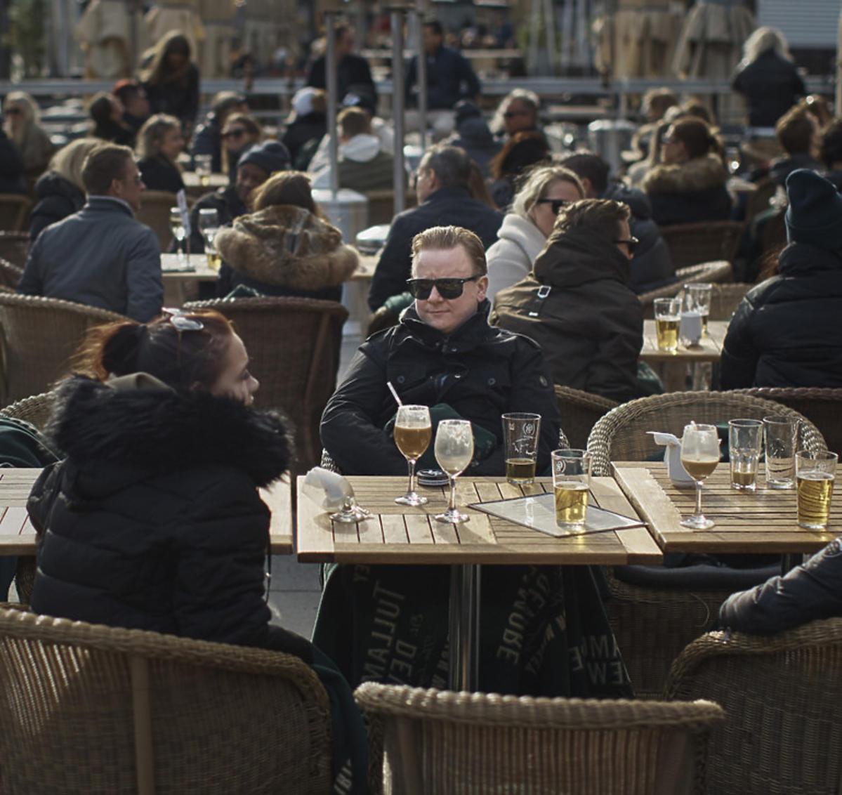 Koronawirus w Szwecji w restauracjach pełno ludzi
