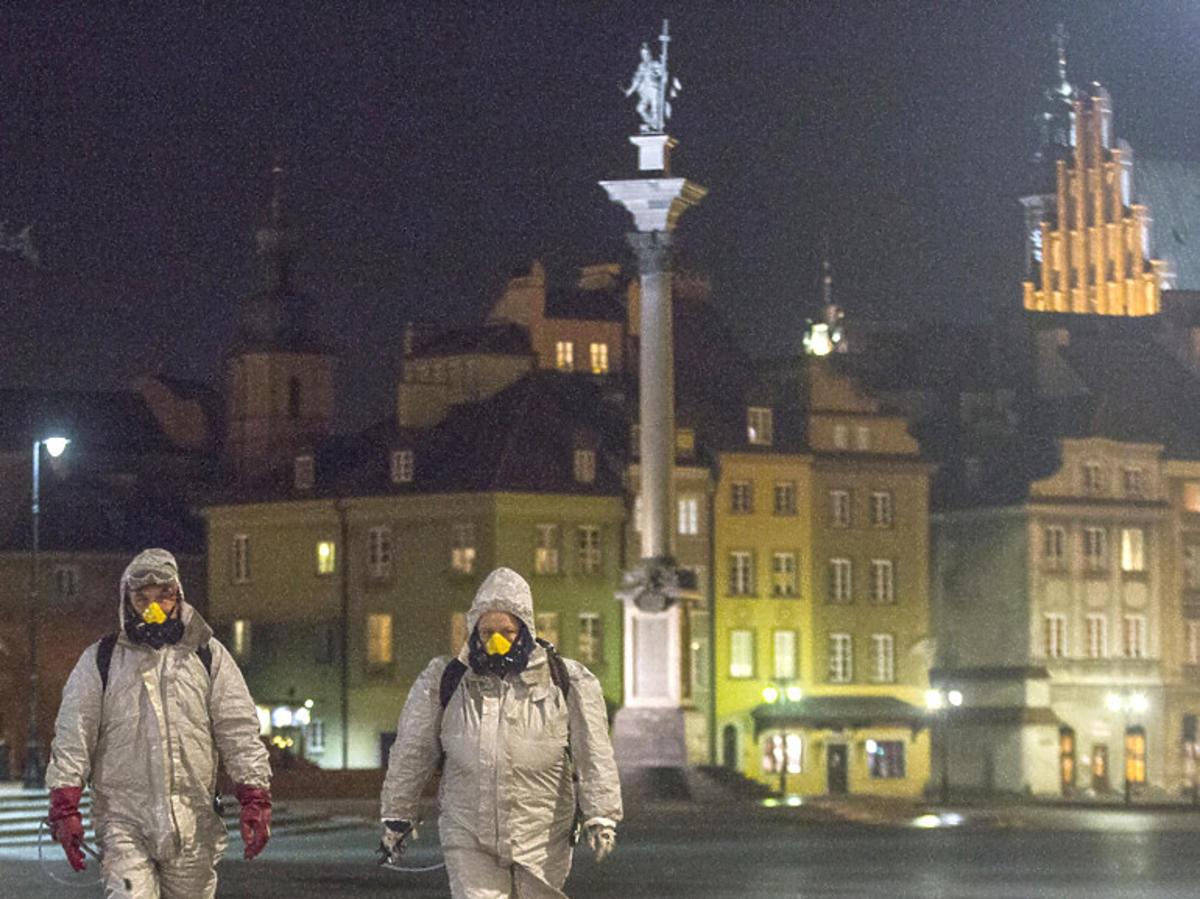 Koronawirus w Warszawie, dezynfekcja na Placu Zamkowym