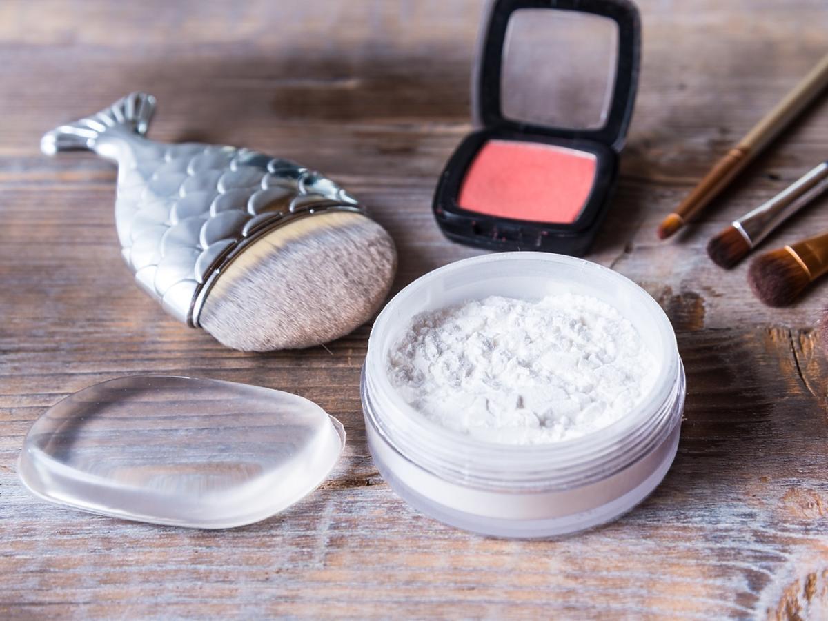 Kosmetyki do makijażu leżą na toaletce.
