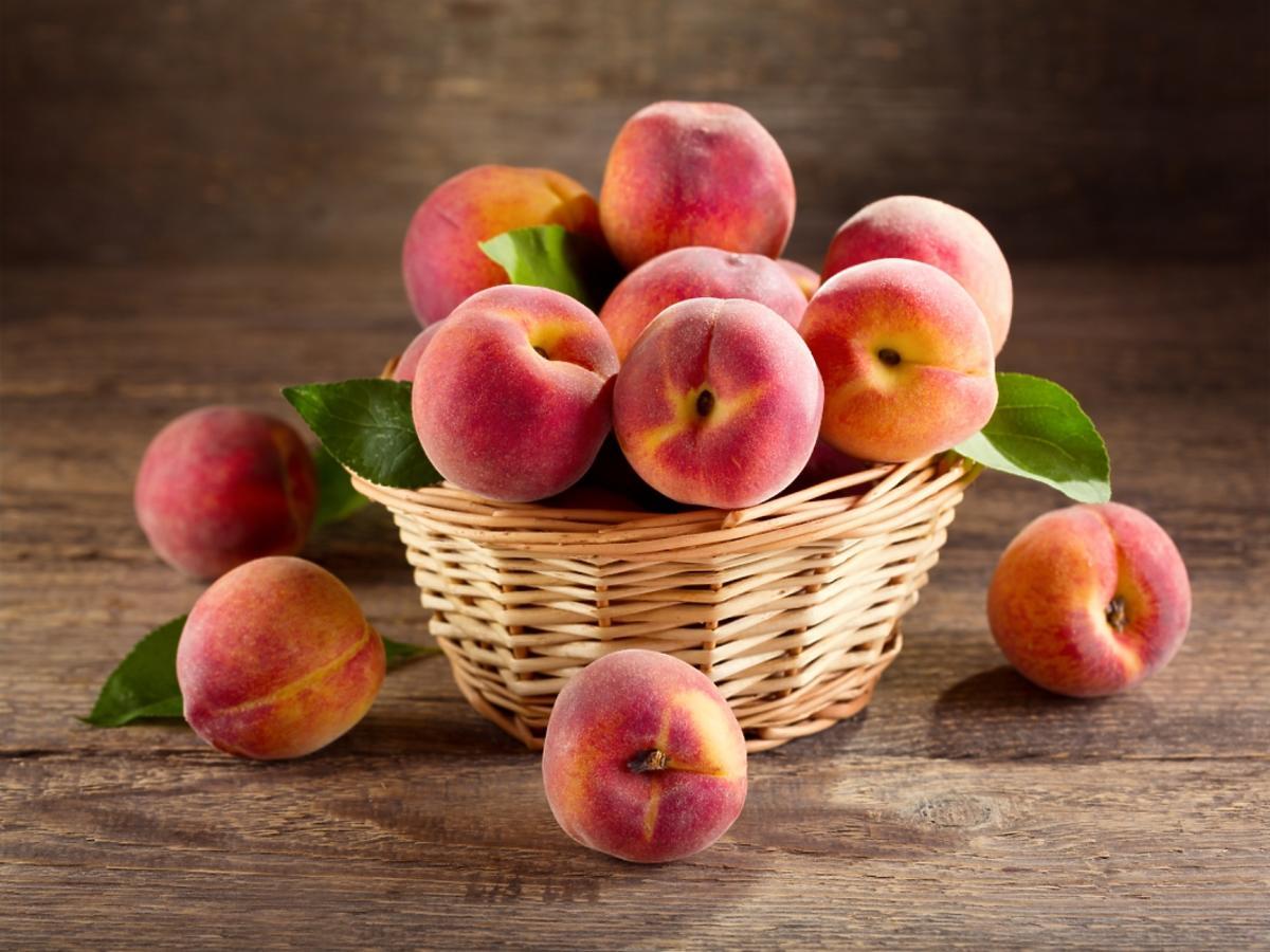 Koszyk brzoskwiń