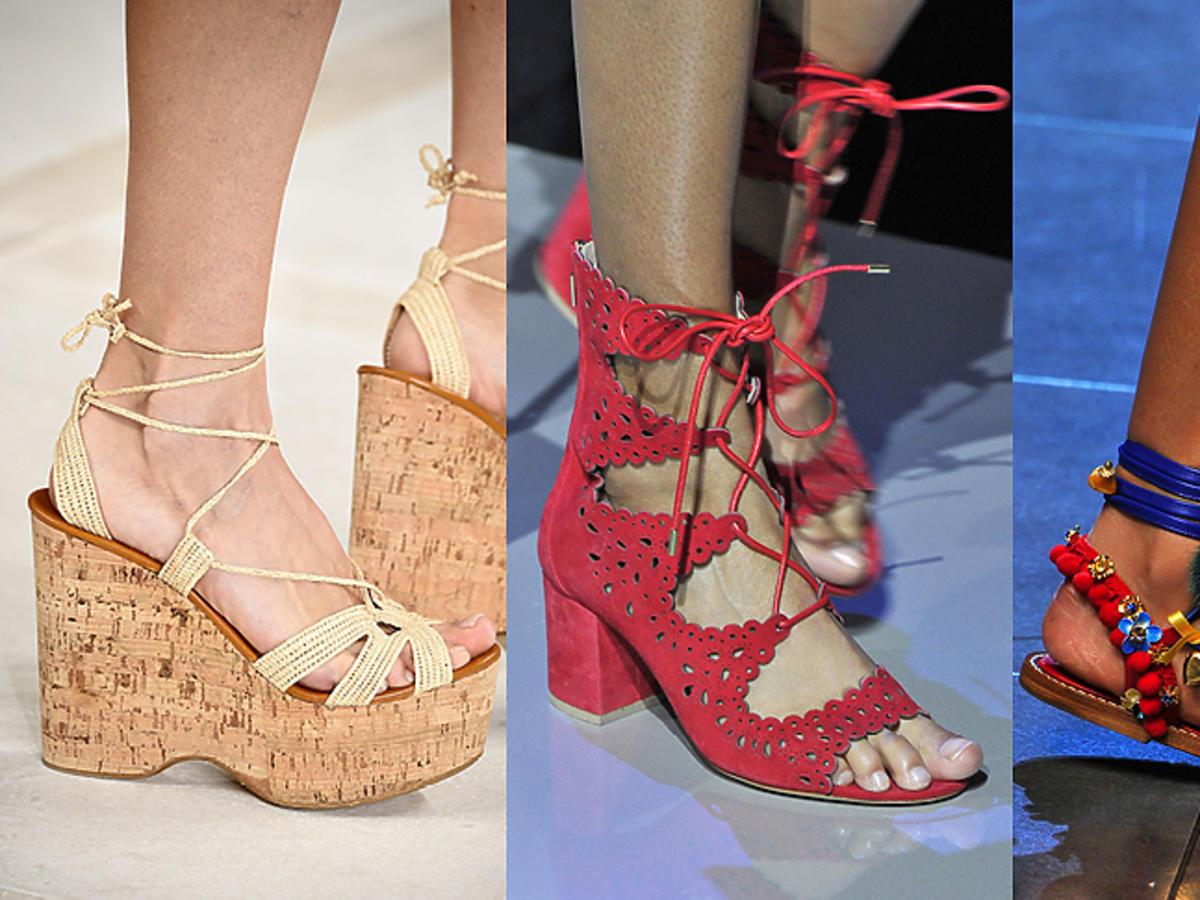 Koturny, wiązane sandały i klapki z pomponami na wybiegach