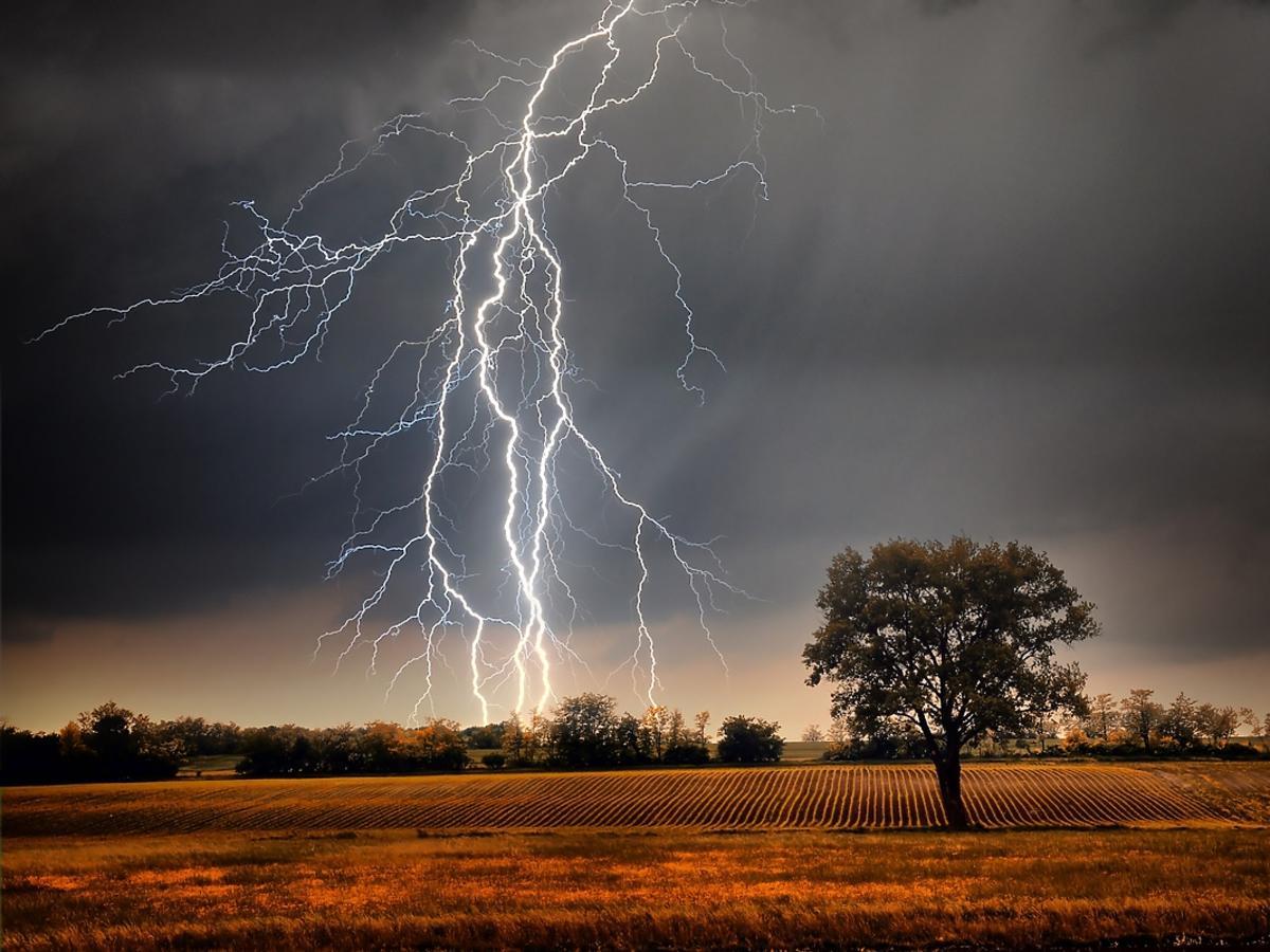 Krajobraz burzy z piorunami w małej miejscowości.