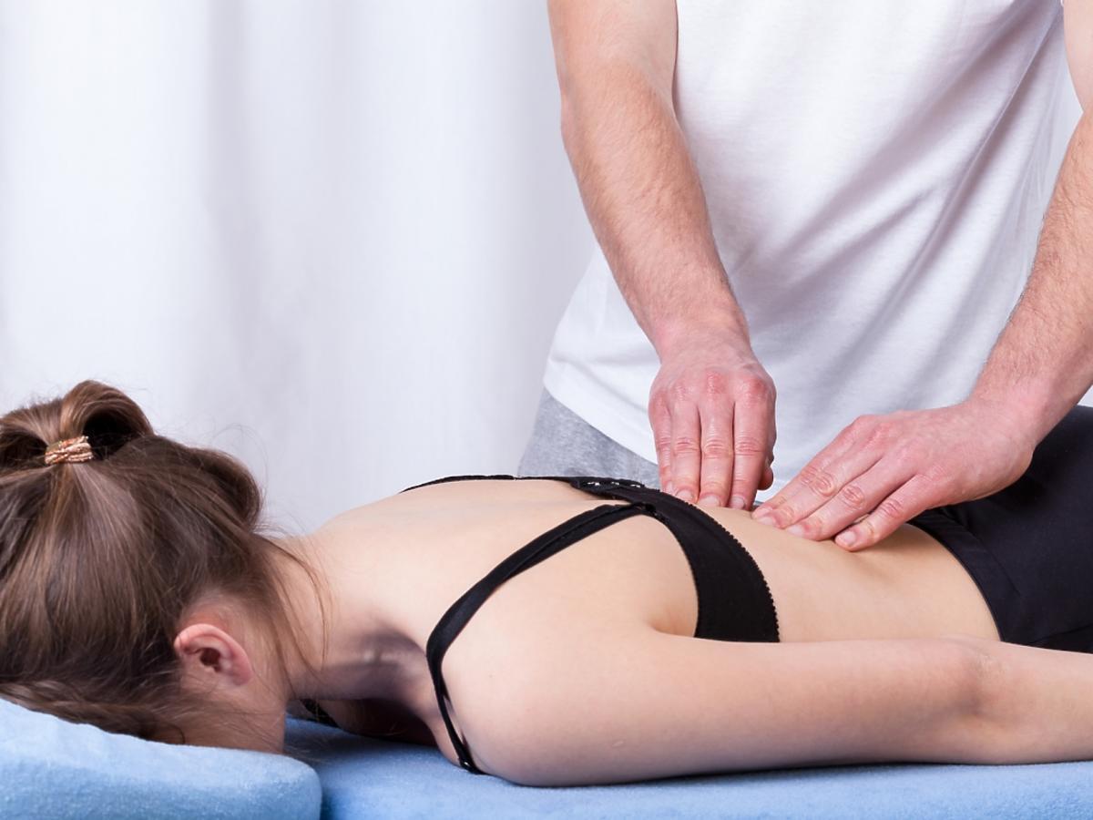 kręgosłup kobiety bada specjalista