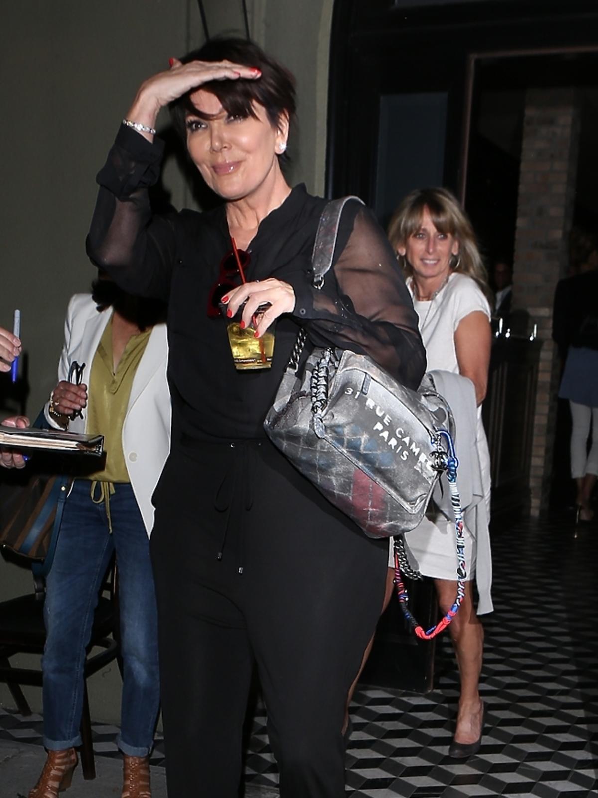 Kris Jenner wychodzi z klubu w Los Angeles