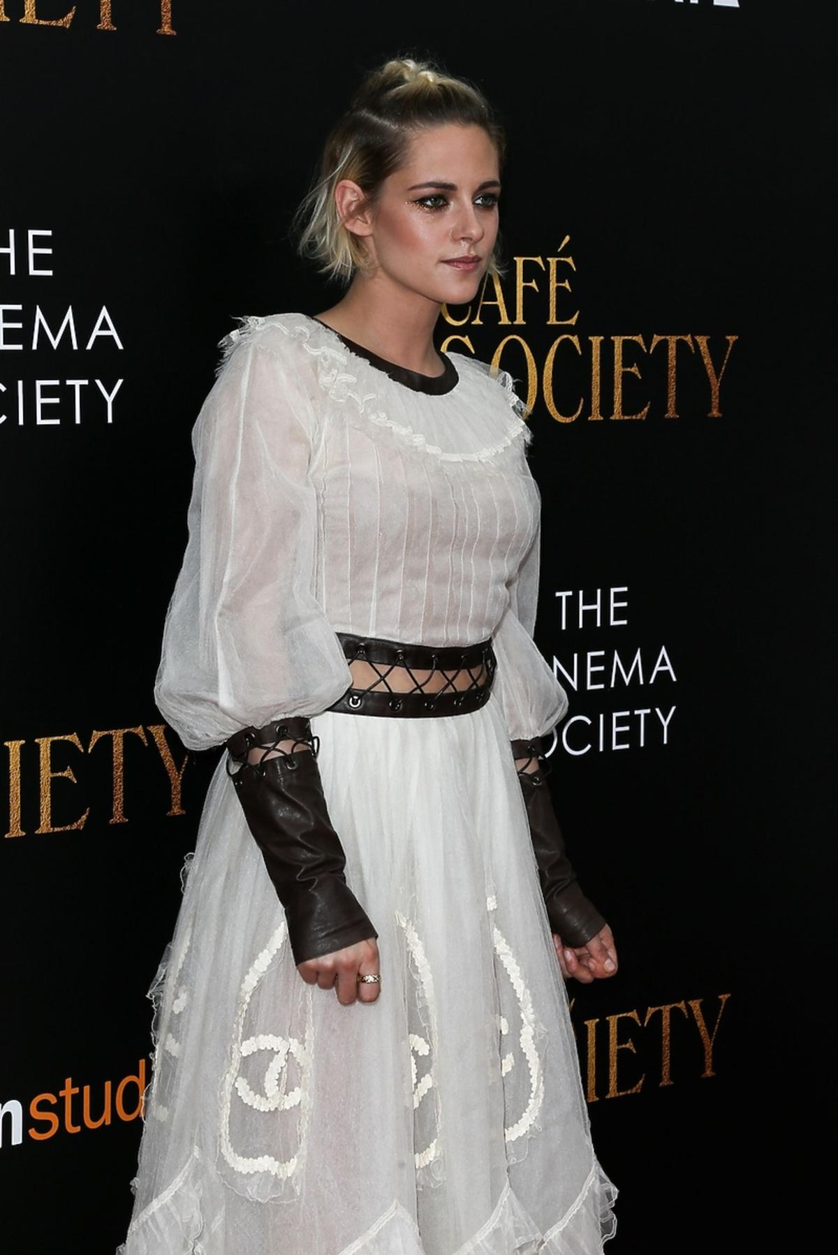 Kristen Stewart w białej sukience z bufkami i czarnymi rękawiczkami