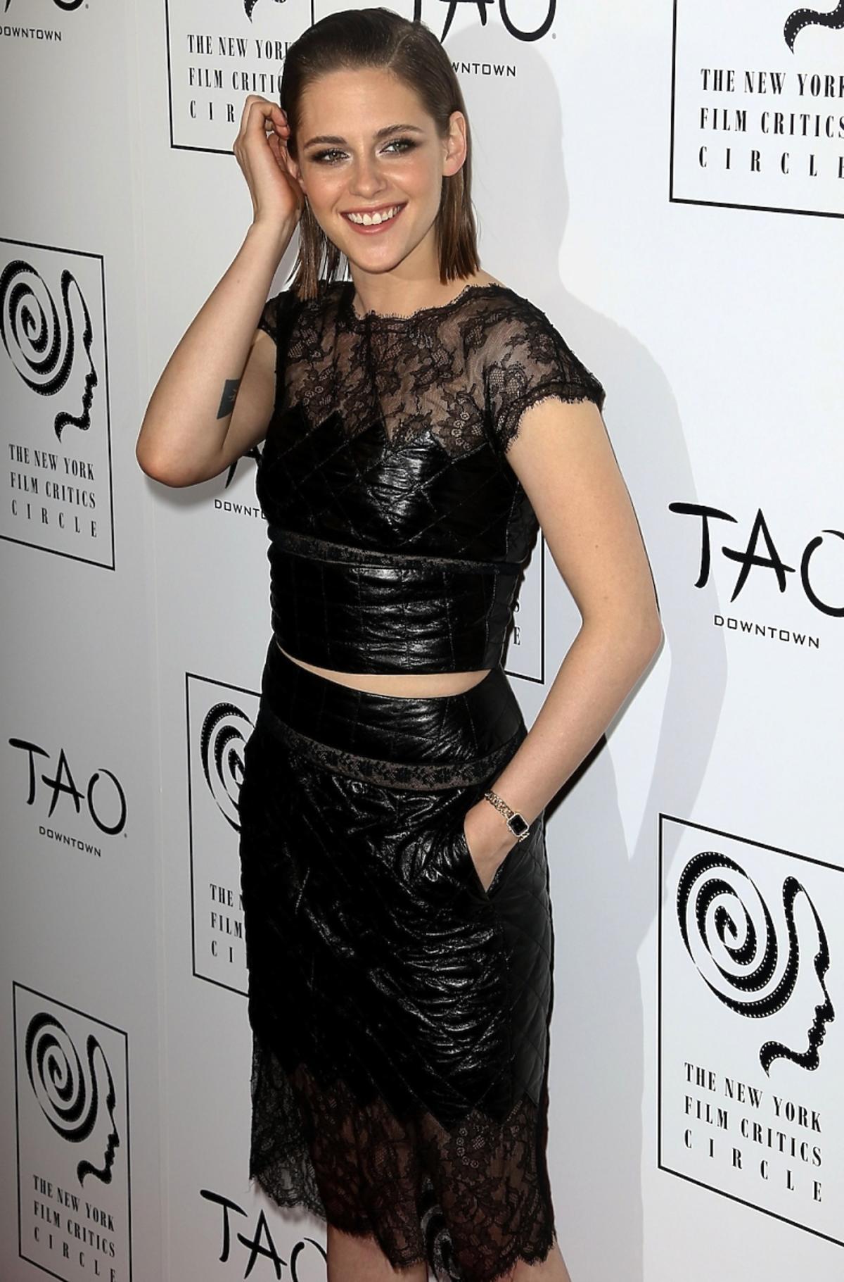 Kristen Stewart w czarnej spódnicy i topie