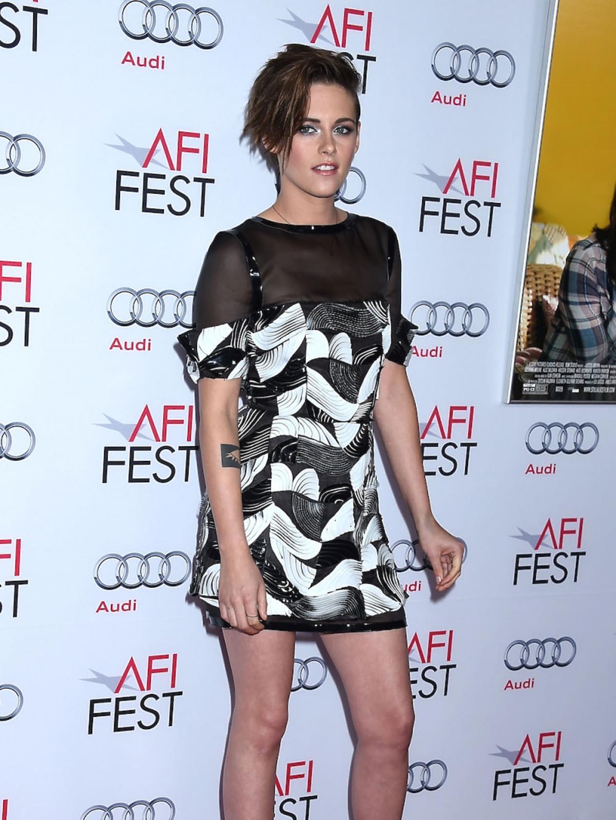 Kristen Stewart w czarno białej sukience we wzory